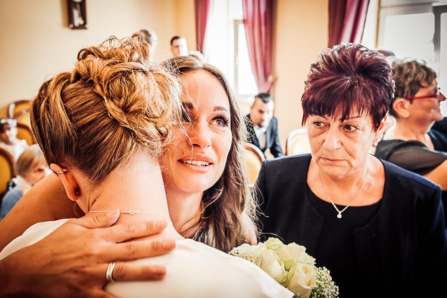 Standesamtliche Trauung mit Gratulatin mit Braut im Standesamt