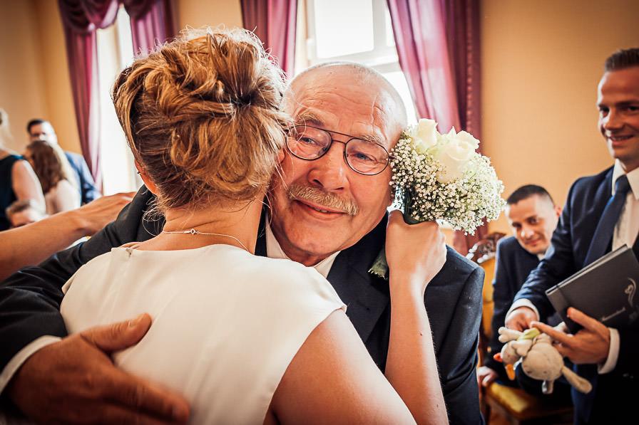 Standesamtliche Trauung mit Brautvater gratuliert der Braut im Standesamt