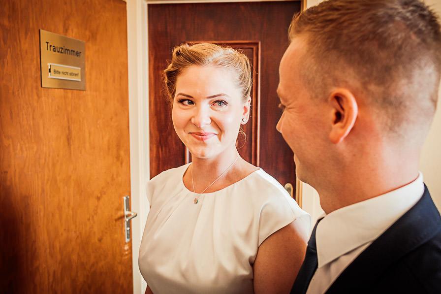 Standesamtliche Trauung mit dem Brautpaar vor dem Trauzimmer