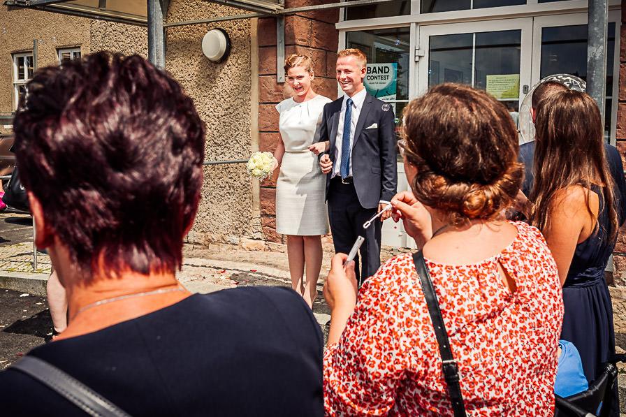 Das Brautpaar wird vor dem Standesamt von den Gästen begrüßt