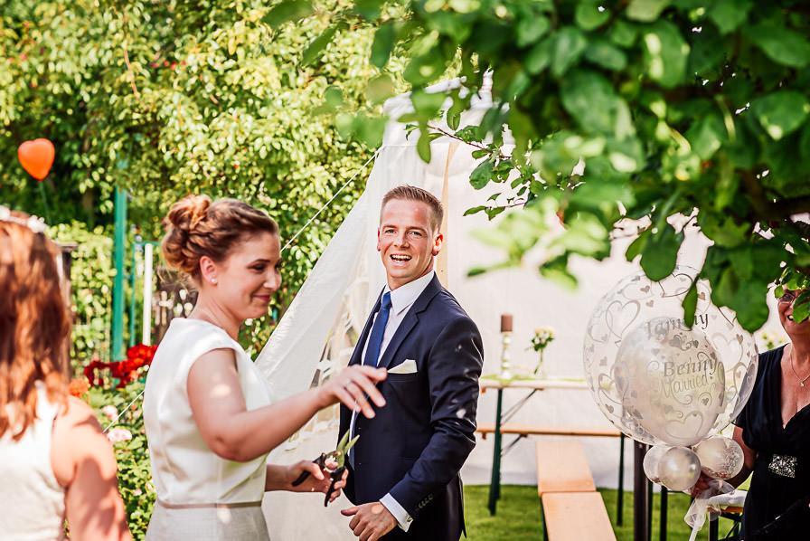 Das Brautpaar bei der Gartenparty