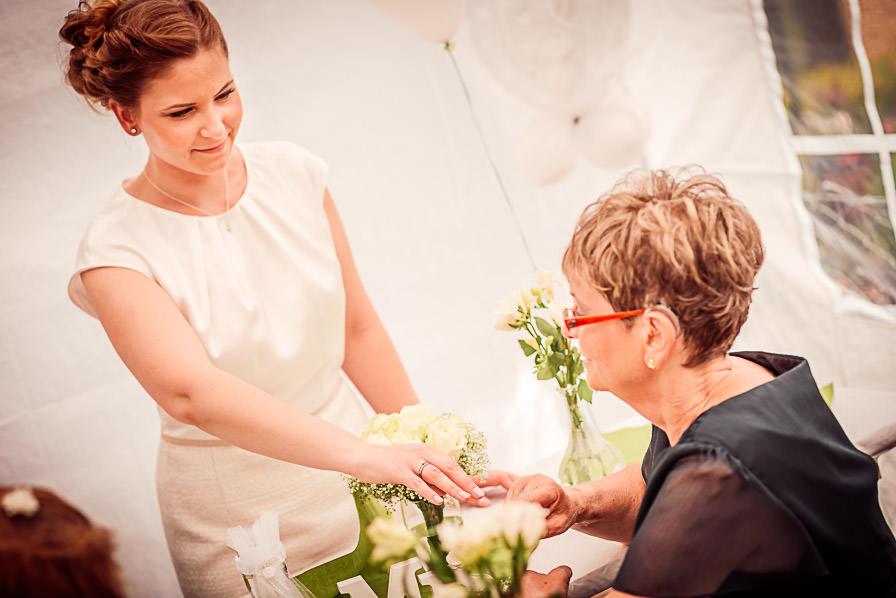 Die Braut zeigt der Mutter des Bräutigams ihren Trauring