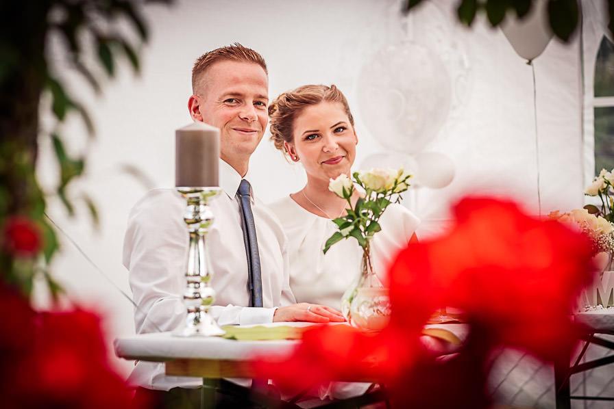 Paarbild vom Brautpaar bei der Gartenparty