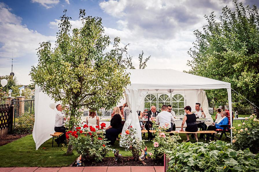 Hochzeitsgesellschaft bei der Gartenparty