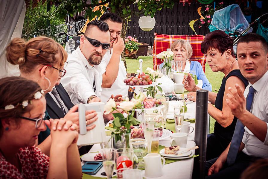 Hochzeitstafel bei der Gartenparty