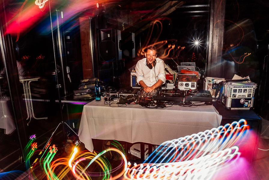 Hochzeits-DJ am Mischpult