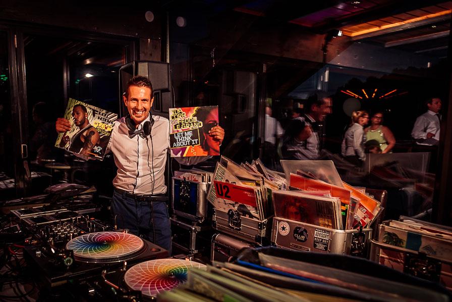 Hochzeits-DJ mit Schallplatten