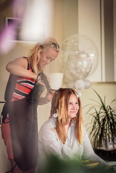 Getting Ready: die Braut wird frisiert