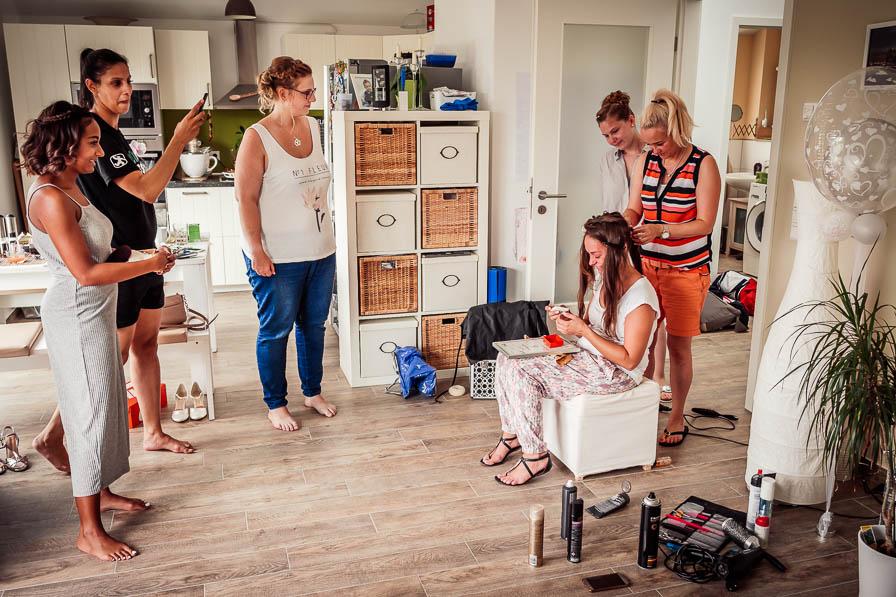 Trauzeugin mit Brautjungfern und Braut beim Getting Ready in Hohen Neuendorf