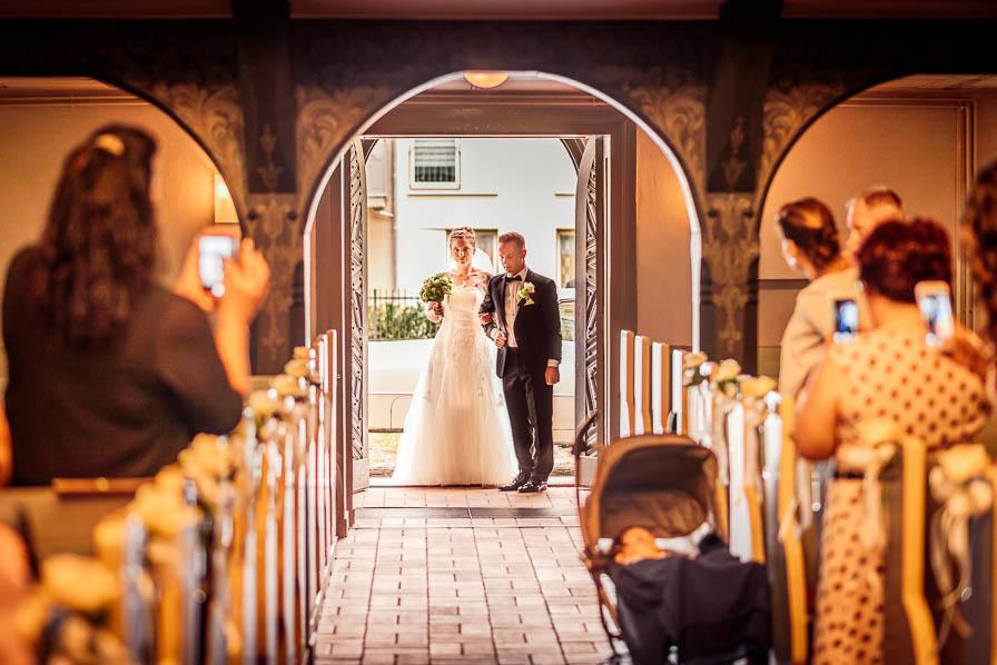 Brautpaar vor der Kirche - Einzug - fotografiert von Christian Menzel, Hochzeitsfotograf Berlin