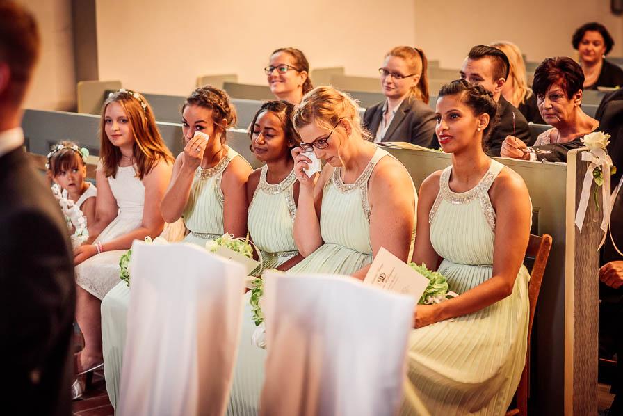 Brautjungfern bei der Trauung in der Kirche
