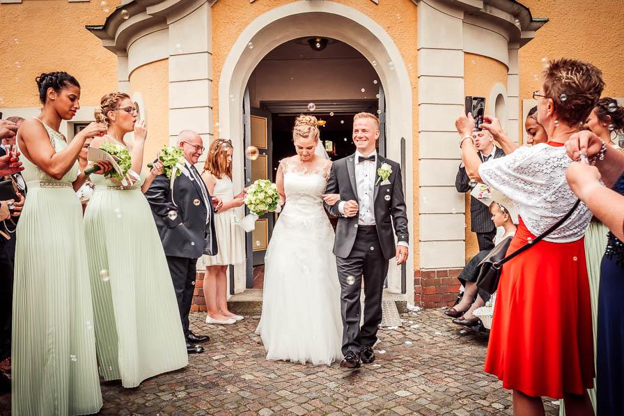 Das Brautpaar nach dem Auszug vor der Kirche