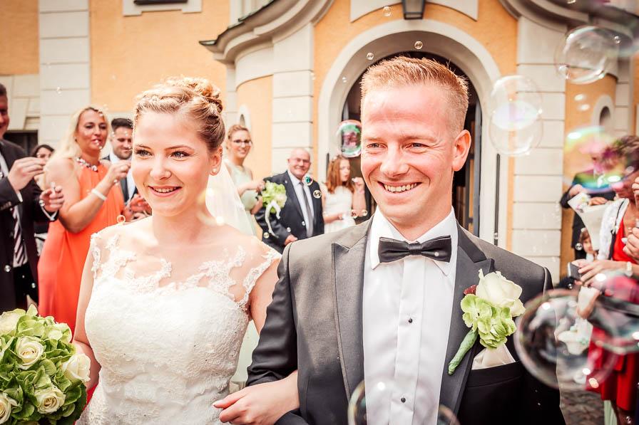 Brautpaar und Seifenblasen