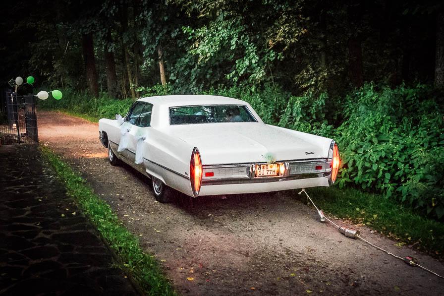 Das Hochzeitsauto vor der Location