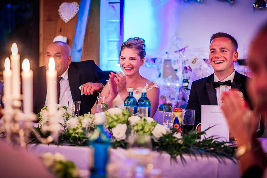 Brautpaar bei der Rede der Trauzeugin