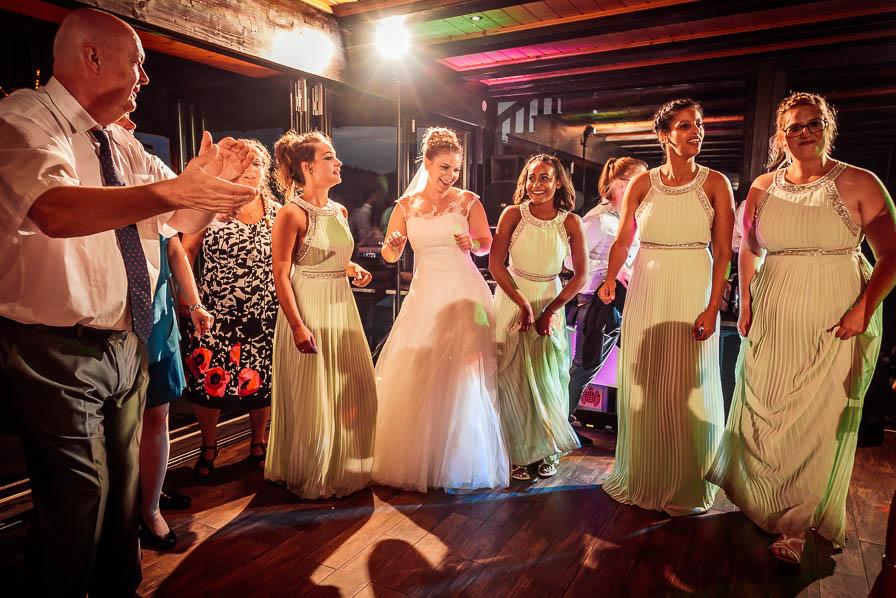 Braut und Brautjungfern auf der Tanzfläche