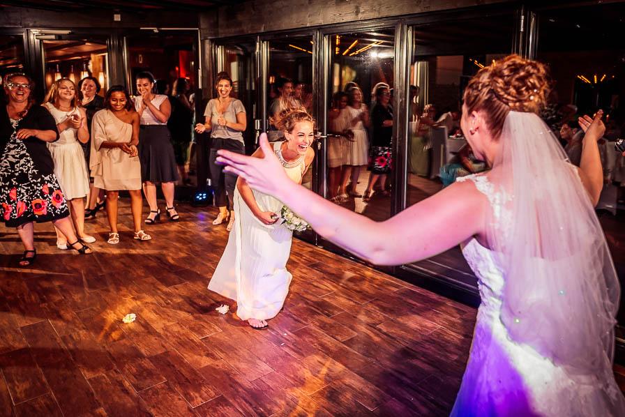 Trauzeugin mit Brautstrauß und Braut