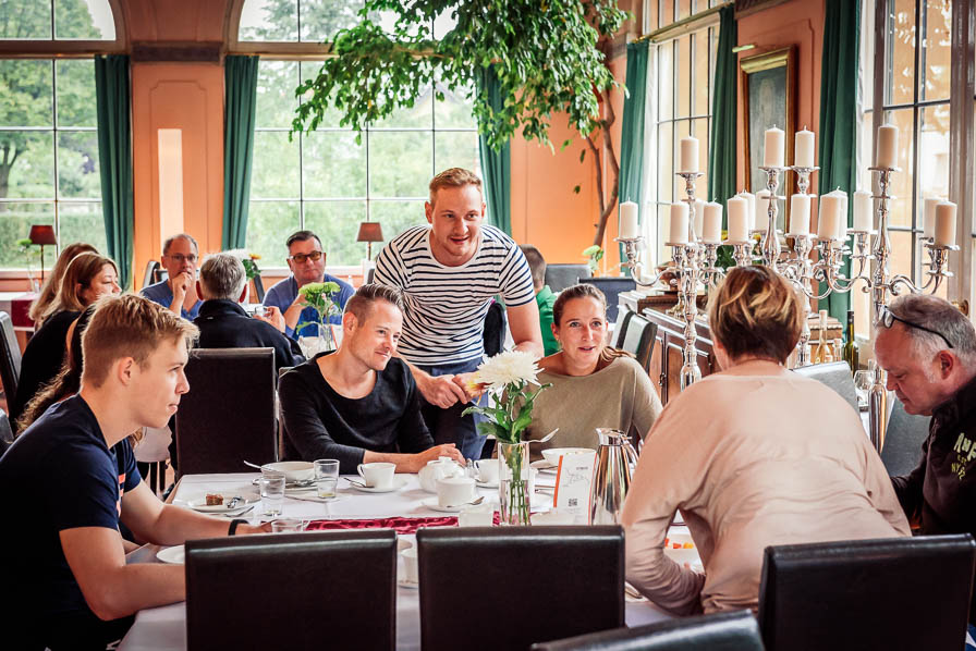 Die Hochzeitsgesellschaft frühstückt im Schloss Ziethen