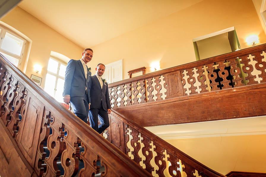 Hochzeitspaar auf der Treppe im Schloss Ziethen