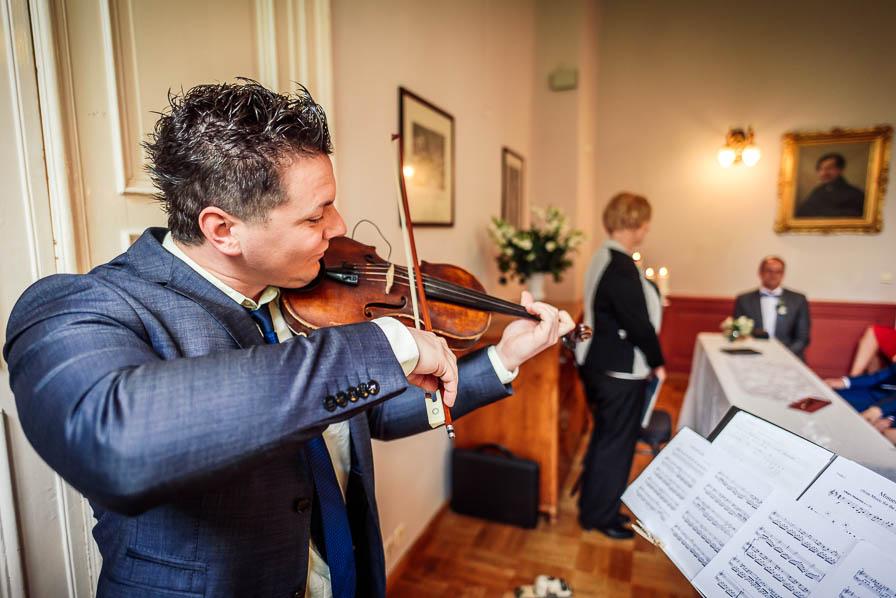 Ferdilicious spielt Geige