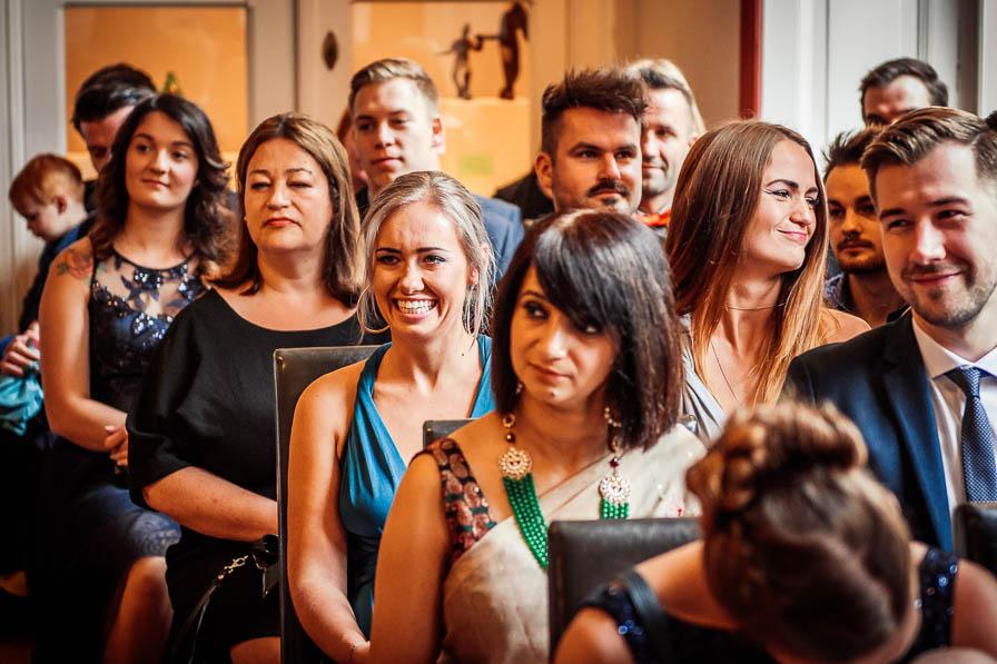 Hochzeitsgäste bei der Trauung