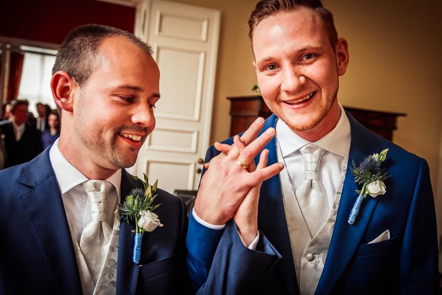 Hochzeitspaar mit Trauringen