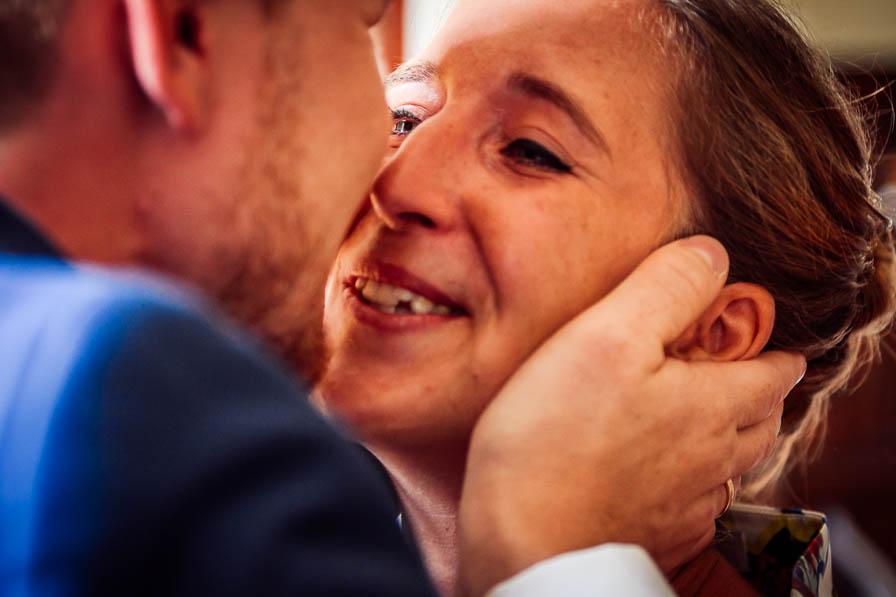 Ergriffener Hochzeitsgast gratuliert