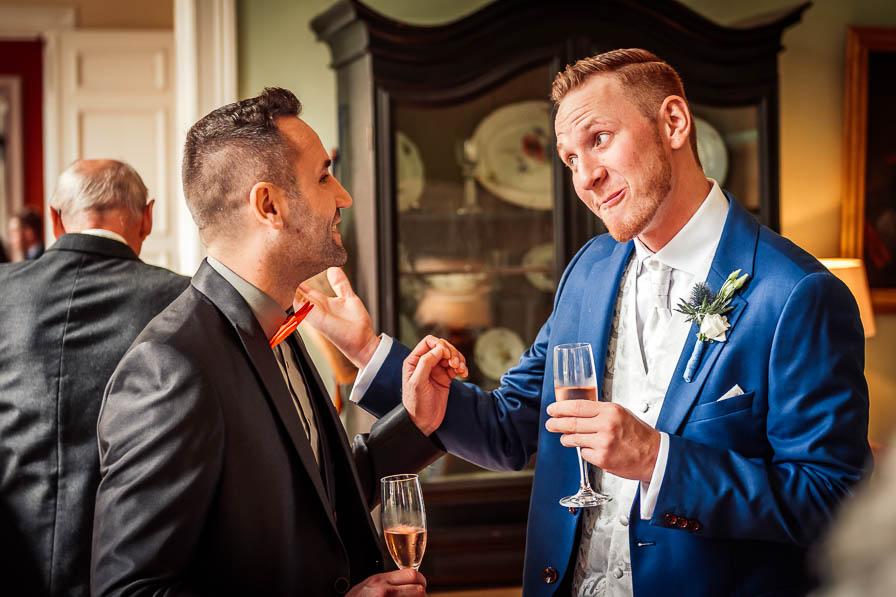 Bräutigam mit Gast - fotografiert vom Hochzeitsfotograf Berlin
