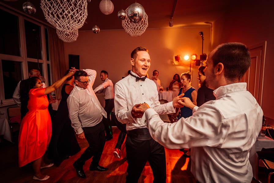 Tanzender Bräutigam auf der Party