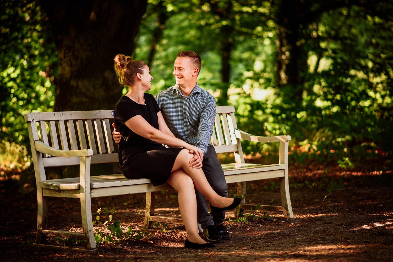 Brautpaar beim Engagament-Shooting auf einer Parkbank