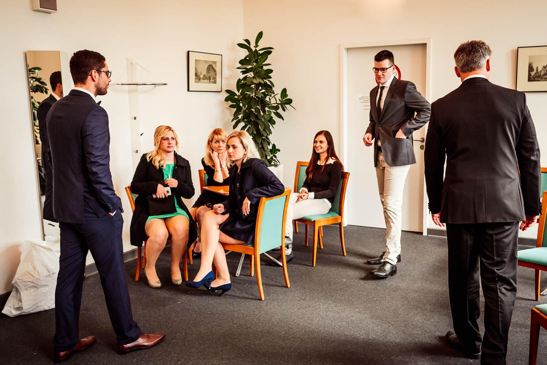 Die Hochzeitsgäste warten vor dem Trauzimmer