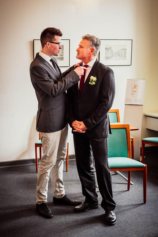 Der Bräutigam richtet seine Krawatte