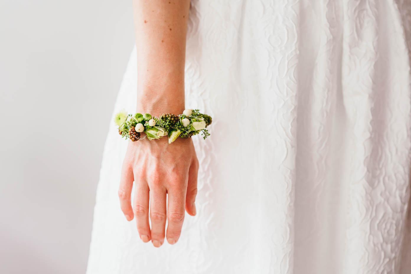 Blumenreif am Handgelenk der Braut.