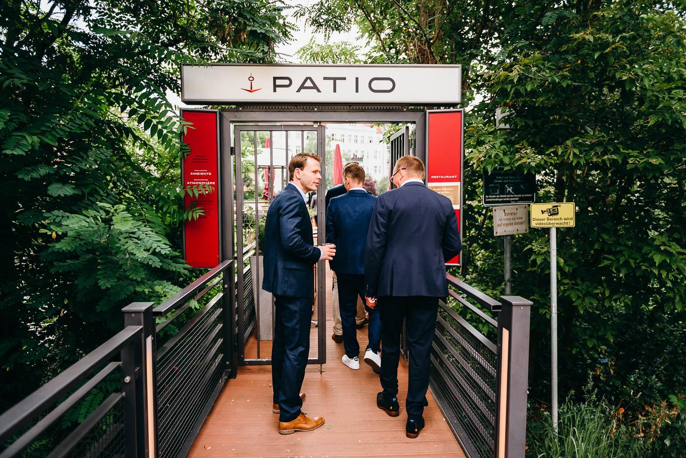 """Eintreffen am Restaurantschiff """"Patio"""" auf der Spree"""