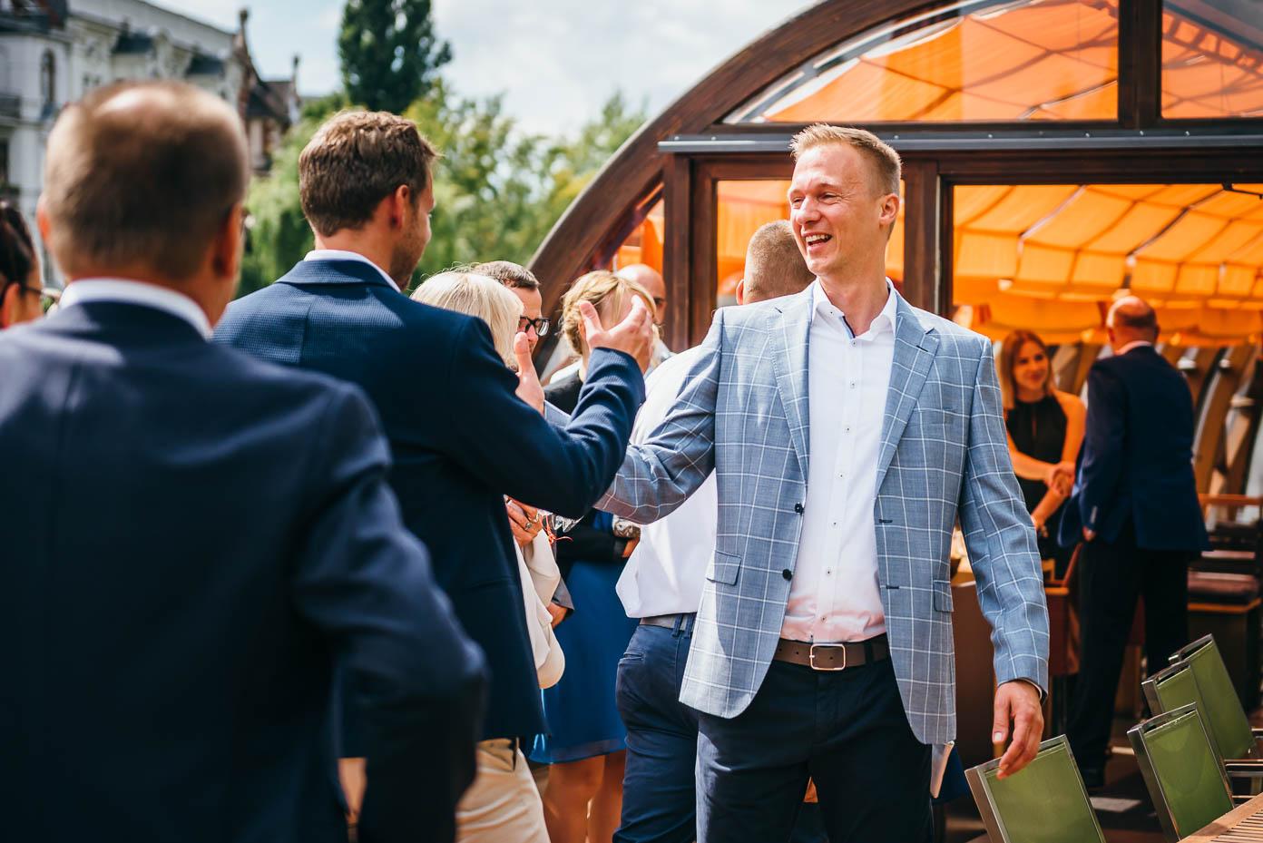 Der Bräutigam begrüßt die Gäste auf dem Restaurantschiff Patio