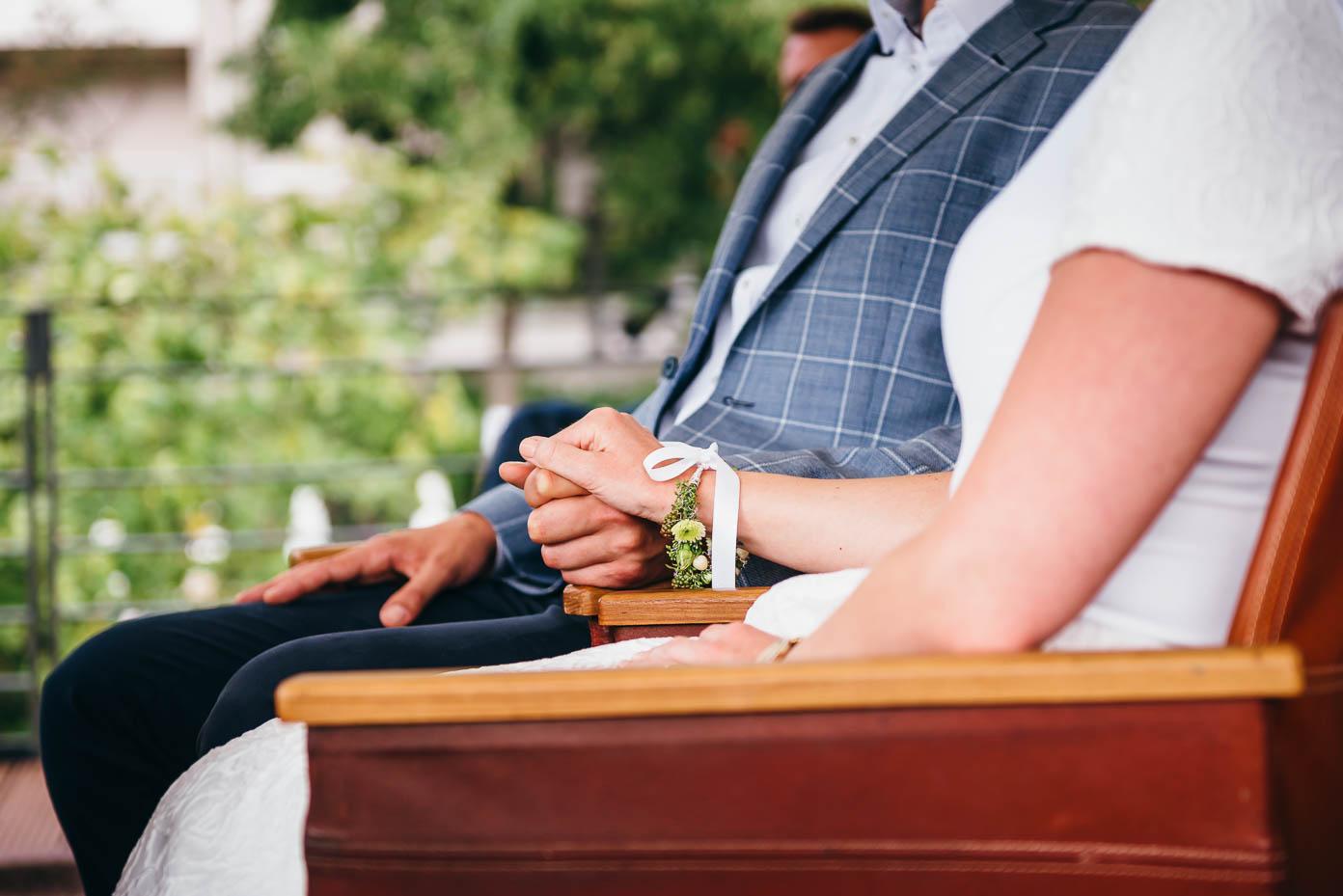 Händchenhalten bei der Trauung.