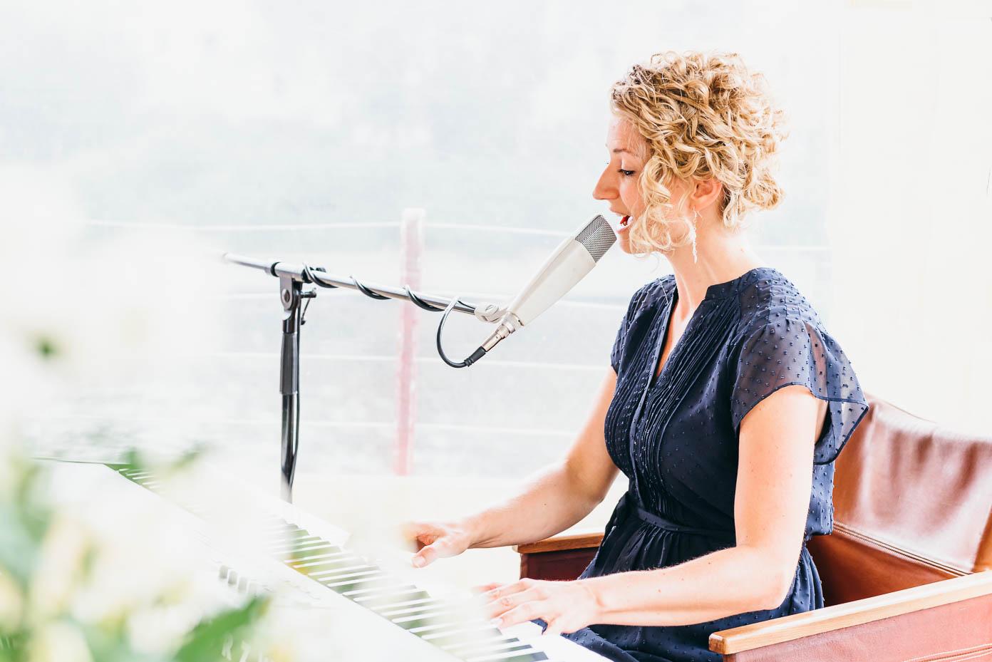 Anne Fraune singt und spielt am Piano bei der freien Trauung.