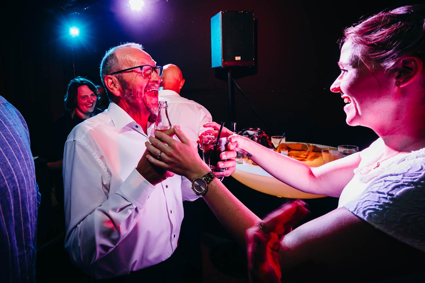 Vater der Braut macht Party