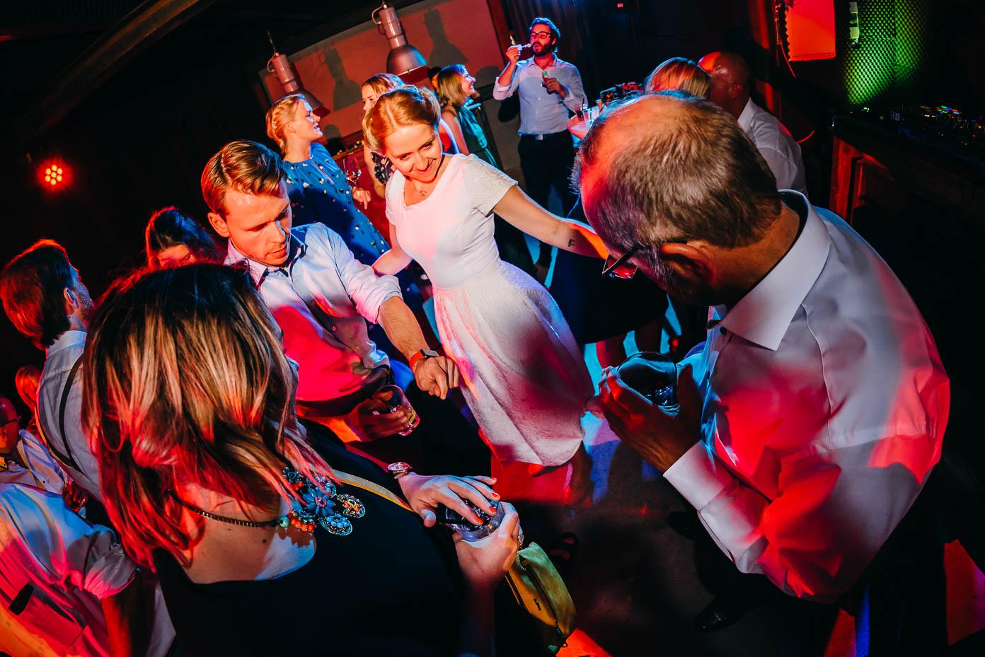Die Braut tanzt.