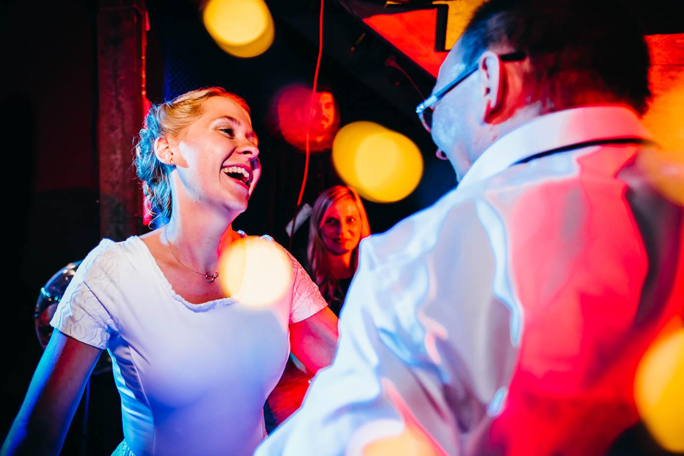 Lachende Braut beim Tanzen.