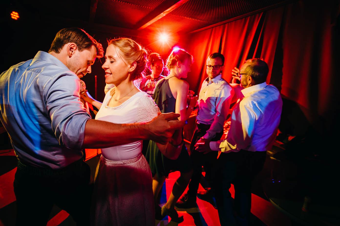 Die Braut tanzt mit ihrem Bruder.
