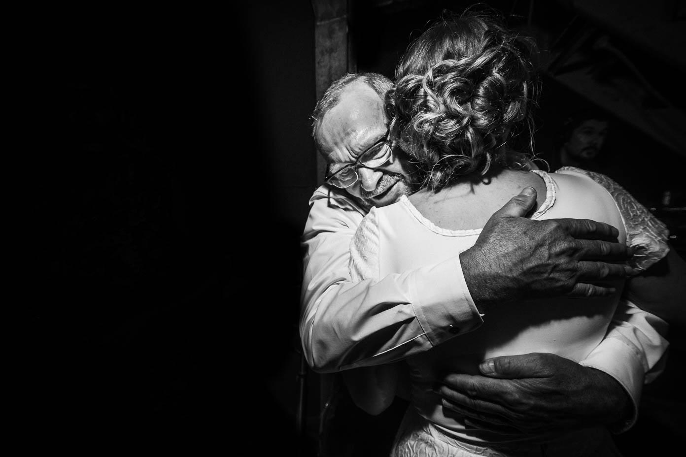 Brautvater umarmt die Braut.