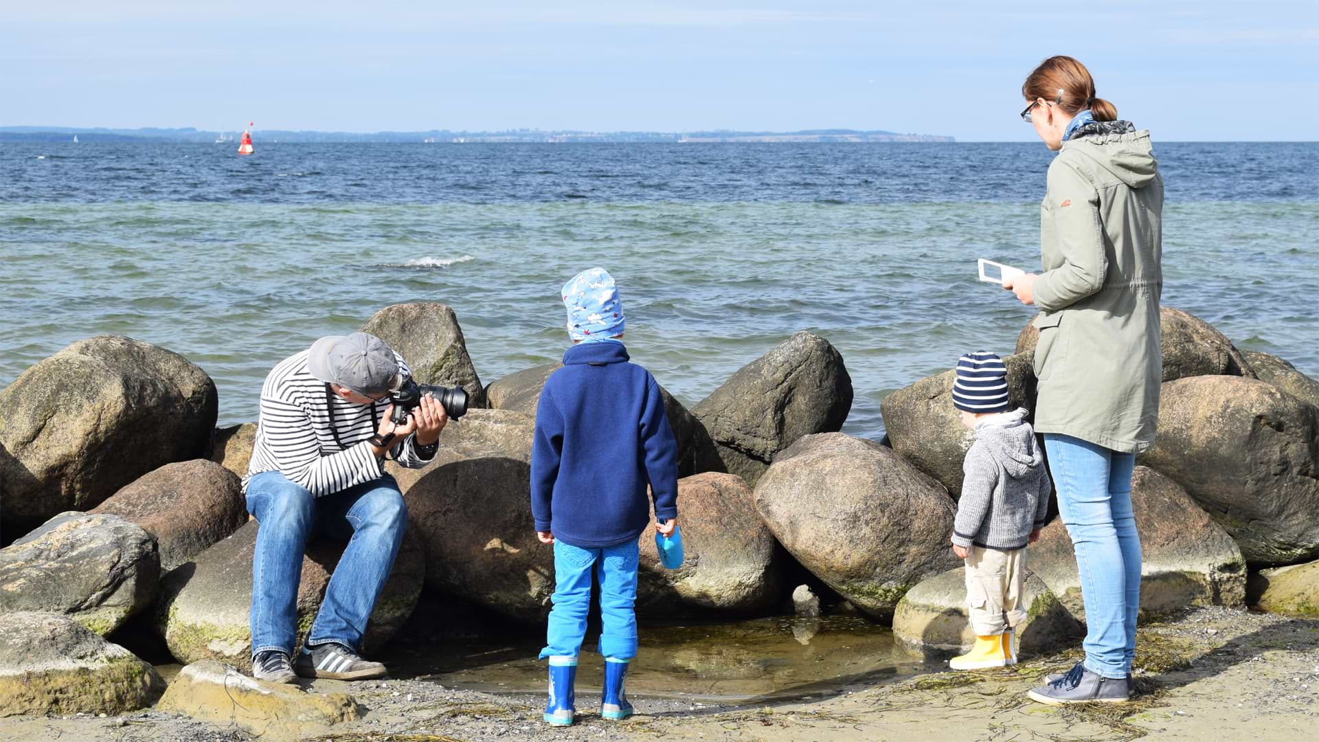 Christian fotografiert die Familie an der Ostsee
