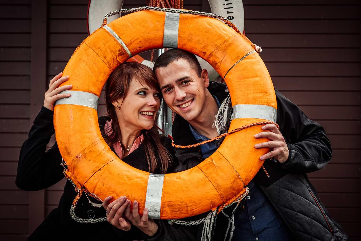 Paar mit Rettungsring