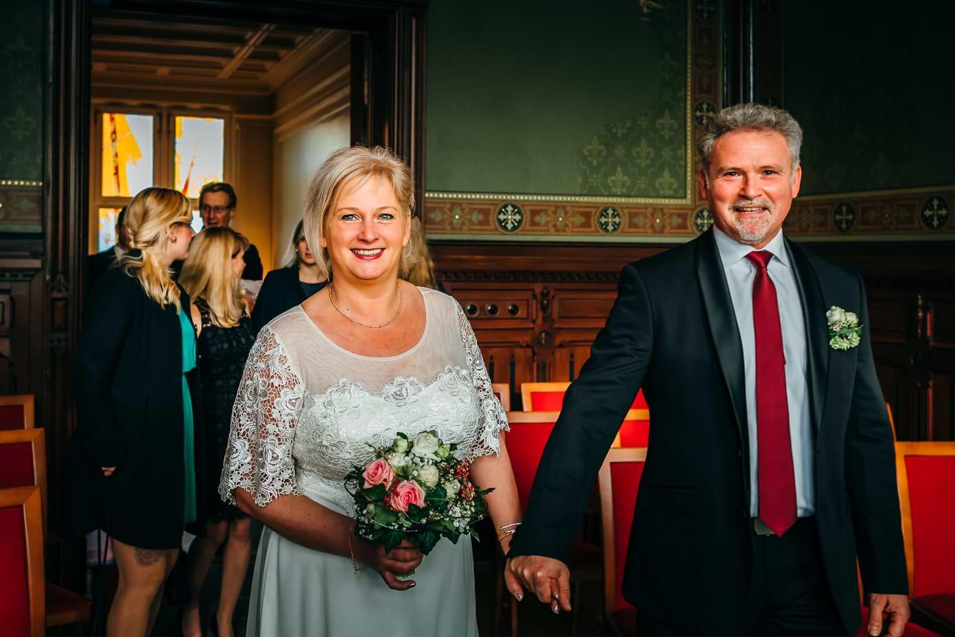 Das Brautpaar betritt das Trauzimmer