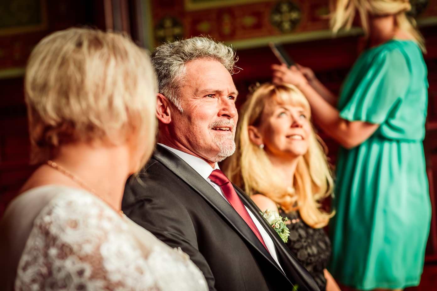 Bräutigam bei der Trauung