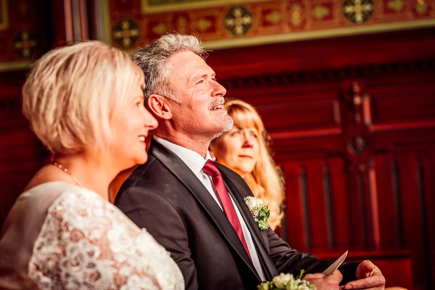 Das Brautpaar hört der Standesbeamtin zu