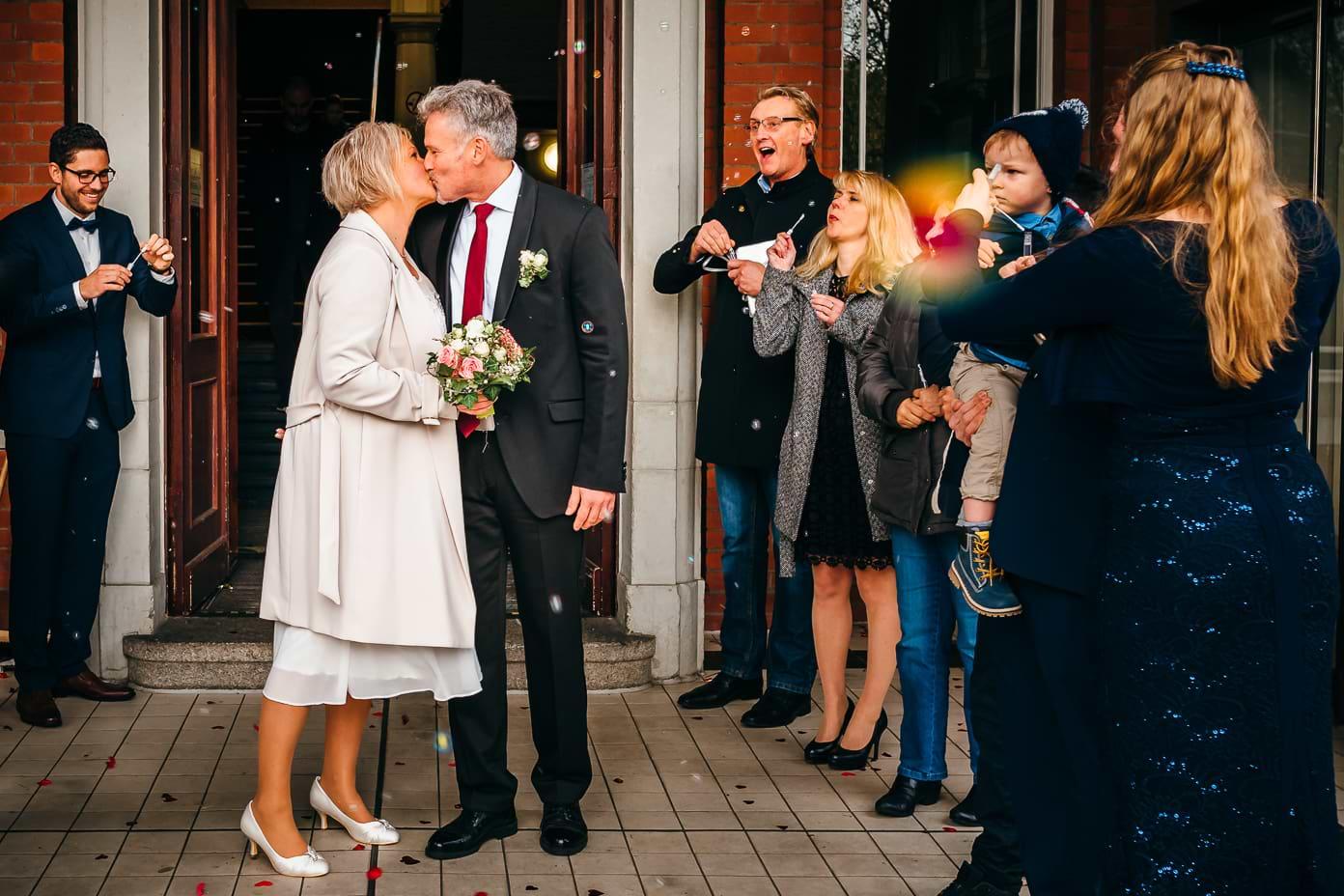 Küssendes Brautpaar mit Seifenblasen