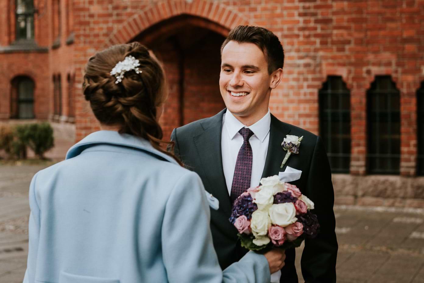 Braut und Bräutigam sehen sich