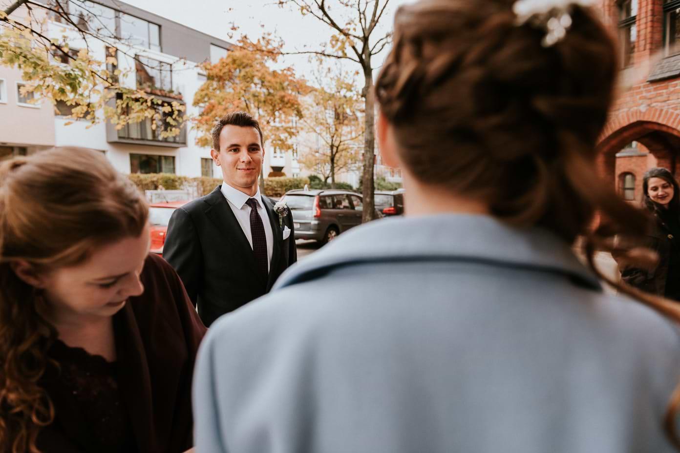 Der Bräutigam bewundert die Braut